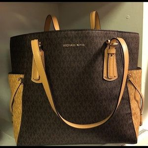 Michael Kors, Voyager East West Signature (New)